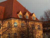 Blick vom Pausenhof auf das Oskar von Miller Gymnasium