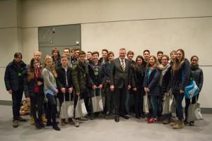 Schülergruppe mit Bundestagsvizepräsident Johannes Singhammer nach dem Gespräch im Bundestag